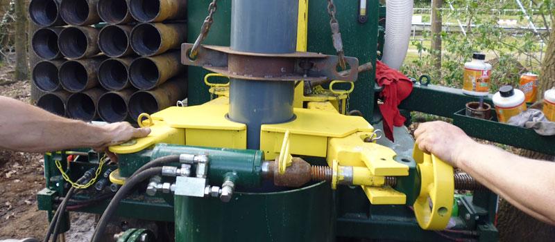 Vangarm van de boormachine om pompputten, drinkwaterbronnen, waterputten te boren.